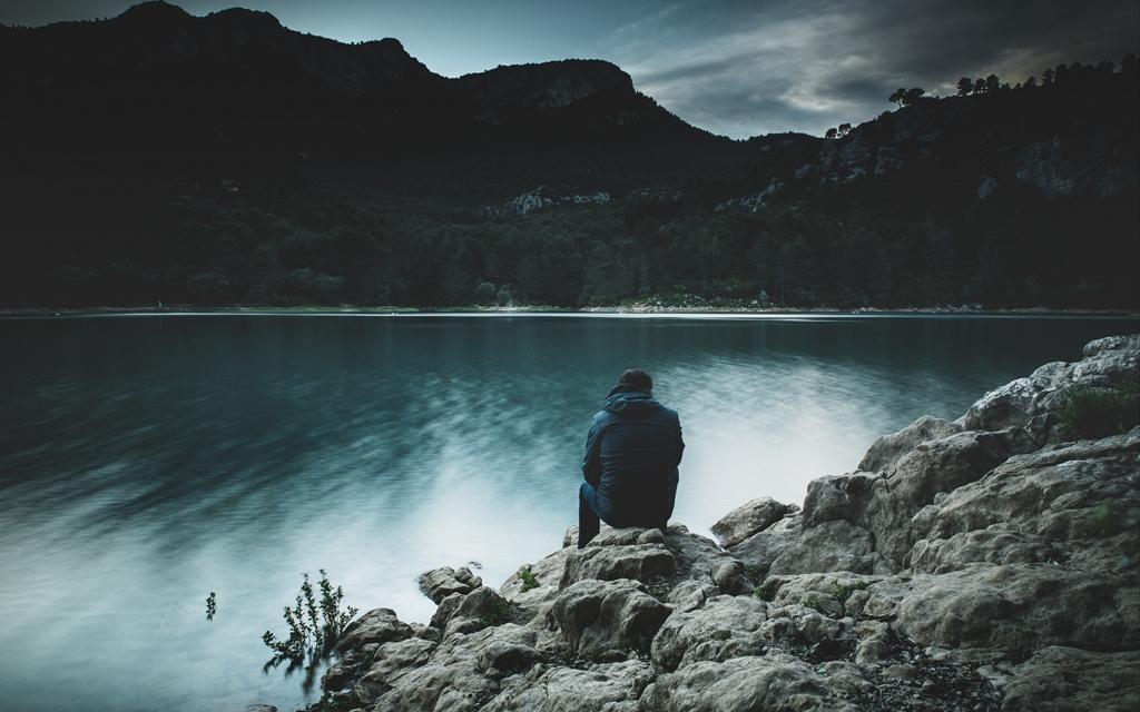 Человек у озера