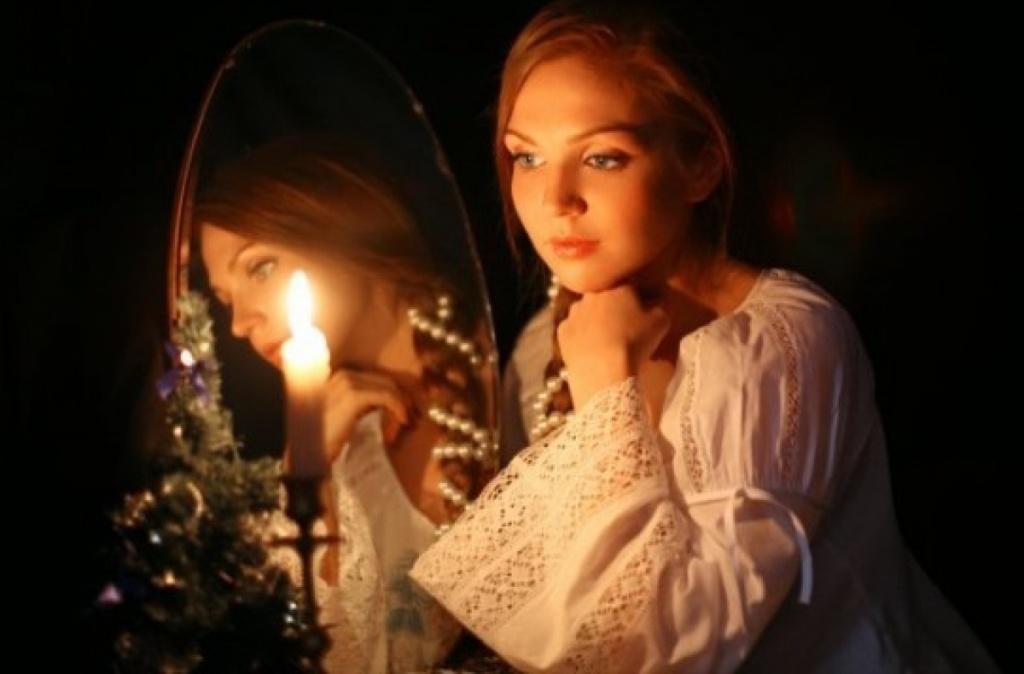 Девушка гадает с зеркалом